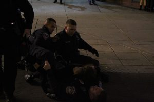 A man being tackled to the ground by police officers (E. Pilat)
