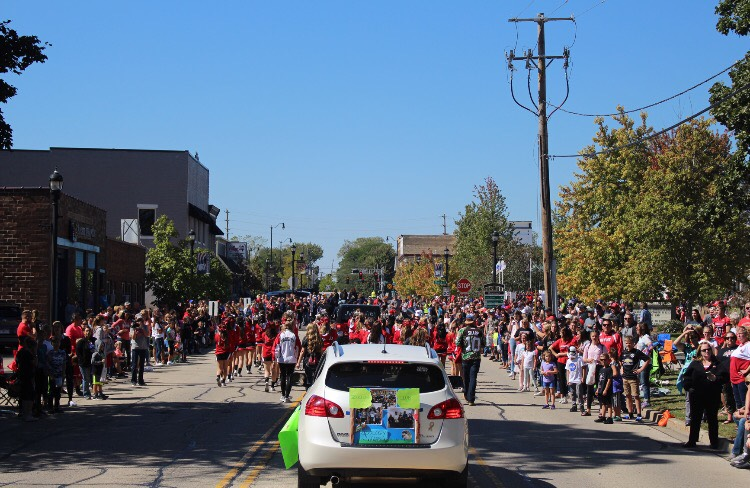 Main+Street+filled+with+Huntley+families+and+students+celebrating+the+start+of+homecoming.