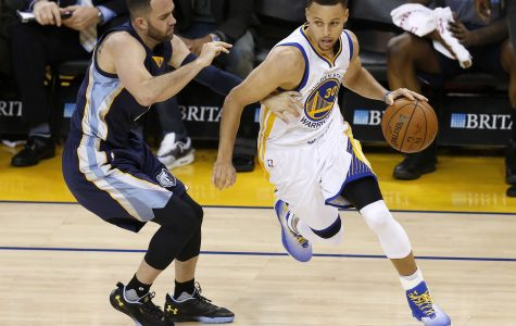 The Golden State Warriors' Stephen Curry (30) works off the dribble against the Memphis Grizzlies' Jordan Farmar in the third quarter at Oracle Arena in Oakland, Calif., on Wednesday, April 13, 2016. (Nhat V. Meyer/Bay Area News Group/TNS)